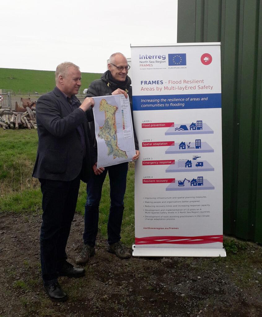 Dr. Helge Bormann und Burchard Wulff bei der Übergabe einer Höhenkarte