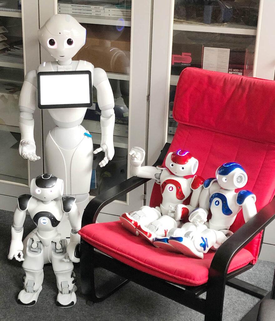 Roboter Pepper ist der Größte neben den drei kleinen NAO Assistenten