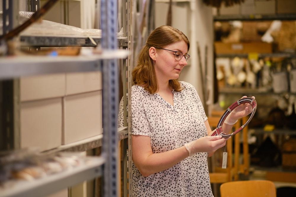 Jennifer Tadge im Magazin des Landesmuseums Natur und Mensch