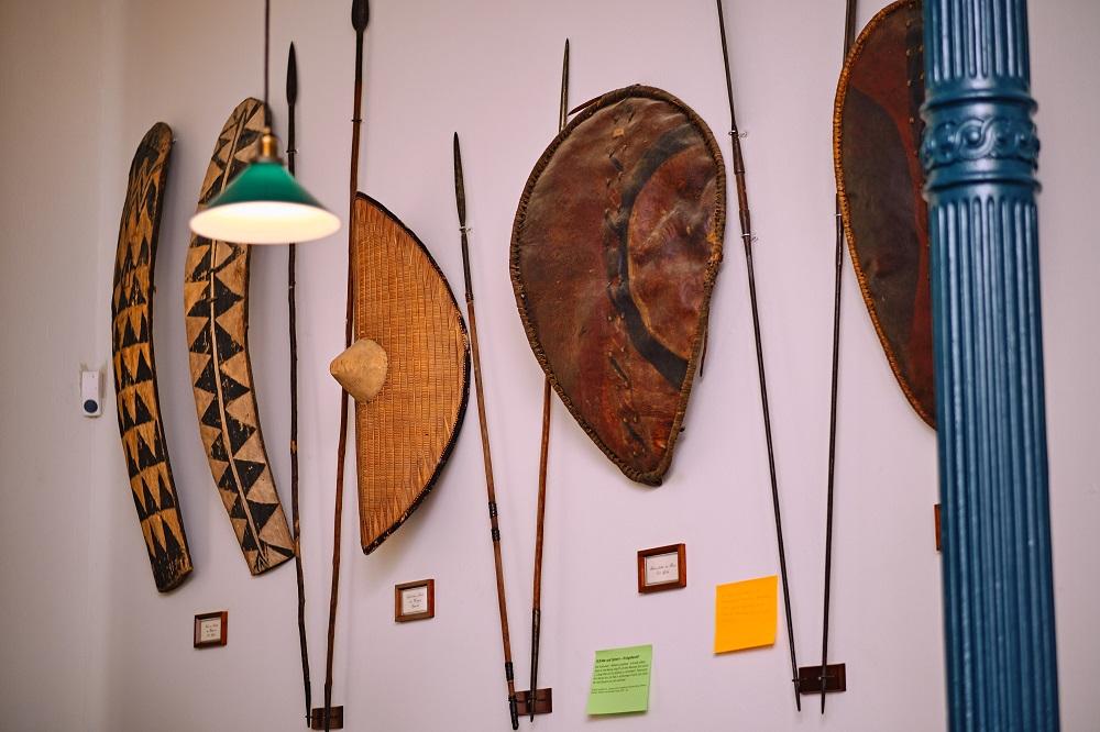 Speere und Schilde im Naturalienkabinett des Landesmuseums Natur und Mensch