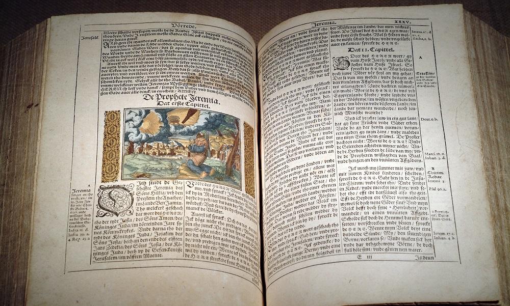 Das Bild zeigt eine Bibel auf Niederdeutsch aus dem Jahr 1588
